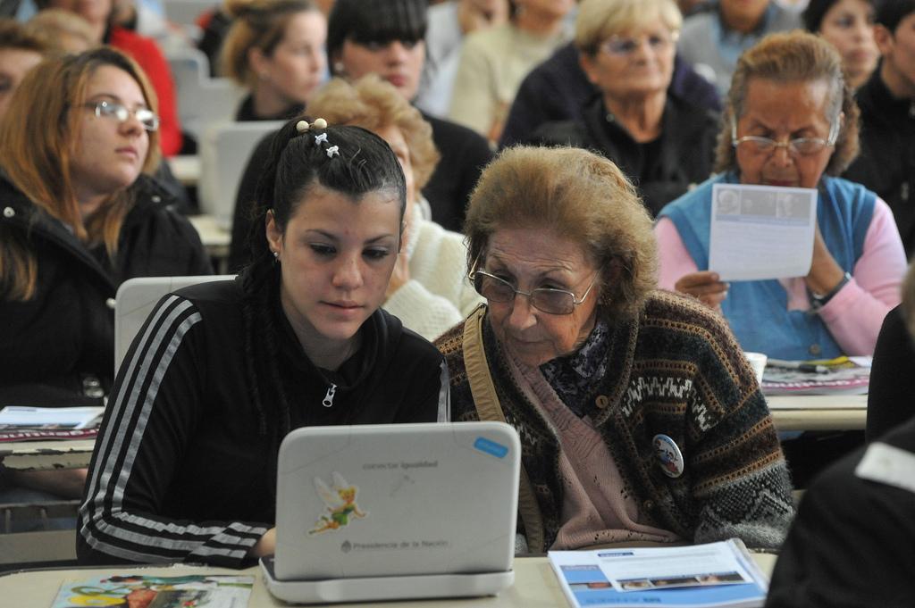 Alumnos de Conectar Igualdad con adultos mayores en Lugano - ANSESGOB - Flickr Font: