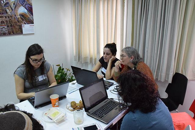Varios grupos de mujeres han participado activamente en l'objetivo.