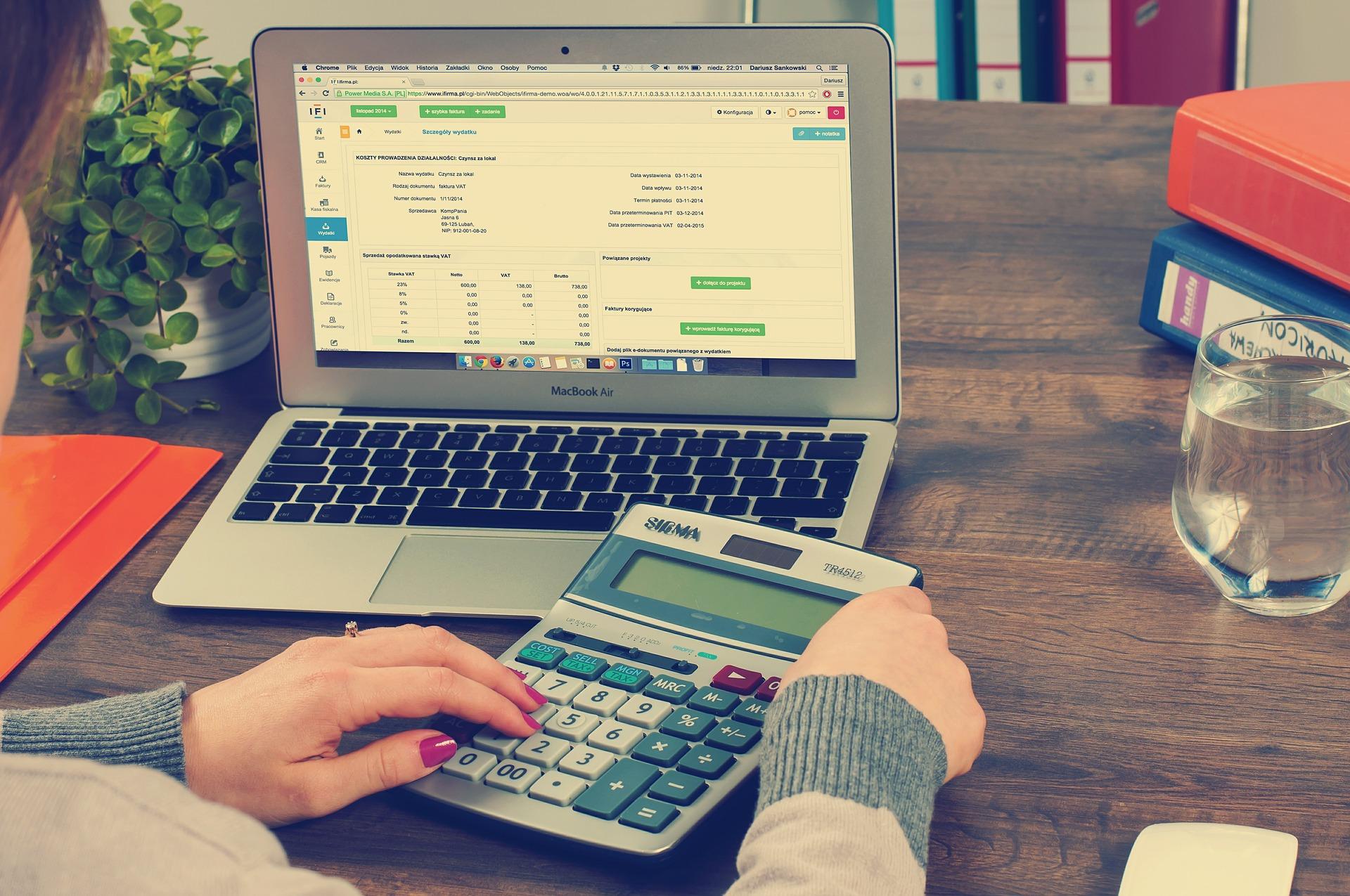 Ordinador i calculadora Font: Pixabay