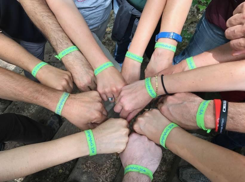 Les polseres verdes, símbol del compromís ambiental de les persones participants en la Setmana de la Natura
