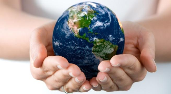 Mans amb la bola del món