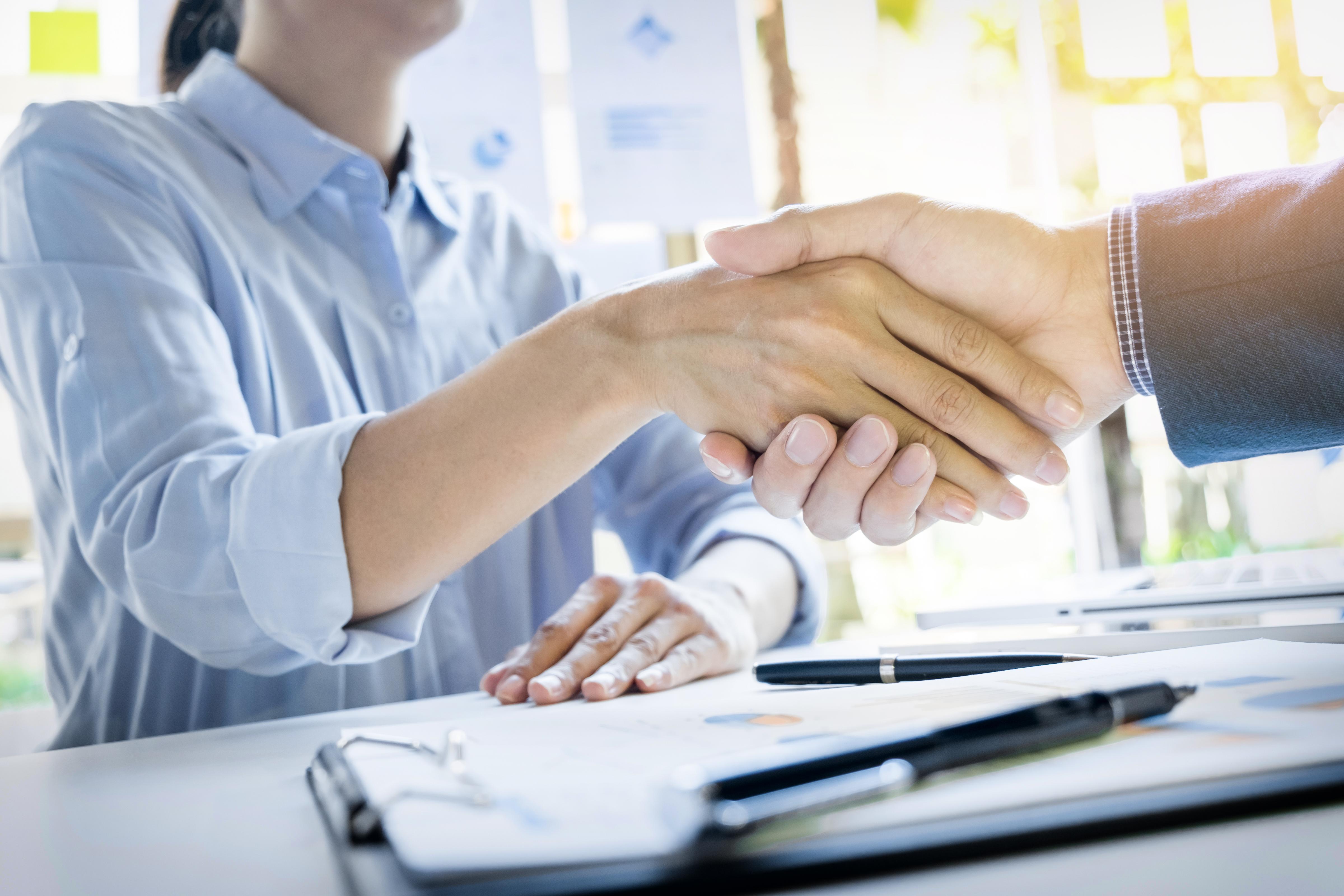 Existeixen diferents formes de relació contractual que es poden establir entre treballadors/es i entitats. Font: Freepik.