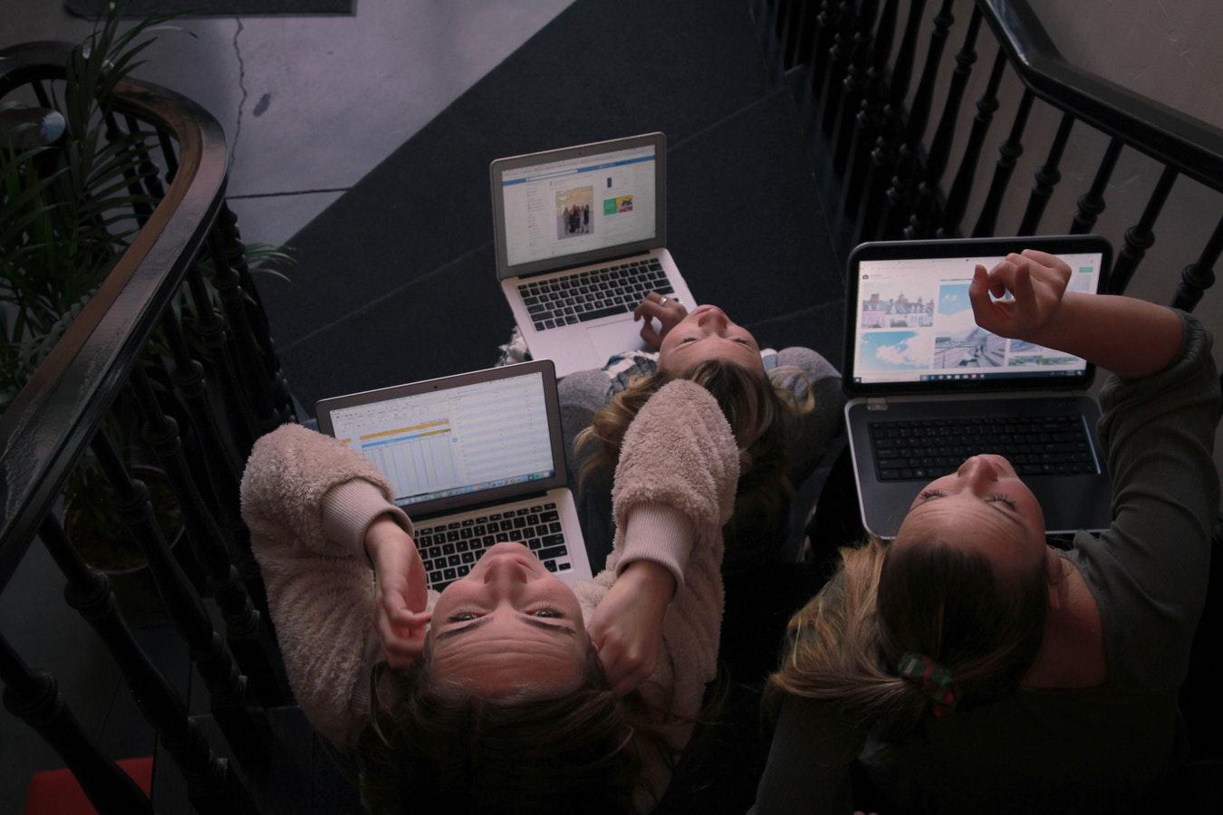 Tres dones treballen amb els seus portàtils.  Font: Unsplash
