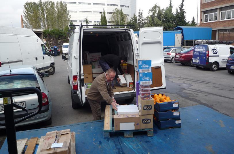 Entitats beneficiàries carregant productes. Font: Banc dels Aliments (flickr)