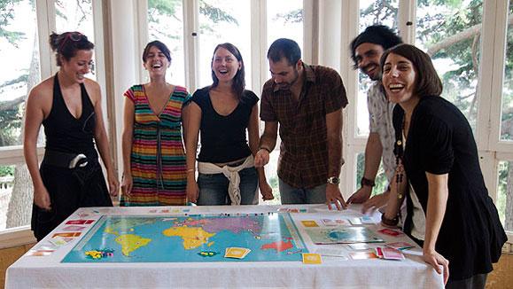 Un grup amb el joc de tauler Ethica