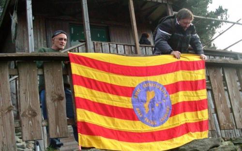 Imatge dels organitzados penjant una bandera de l'aplec al 2011