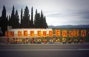 Grup de nens i nenes amb la paraula independència al tram 68 de la Via Catalana