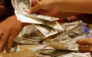 Fotografia d'una mà amb diners. Galeria de Marshal Astor a Flickr.
