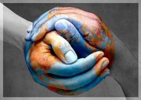 Imatge món en unes mans entrellaçades