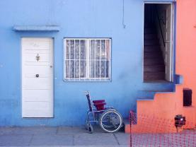 Cadira de rodes davant una escala. Discapacitat_panshipanshi_Flickr
