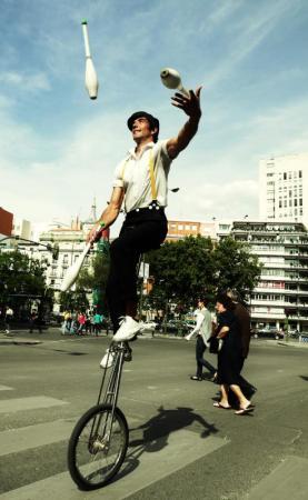 Malabarista sobre un monocicle