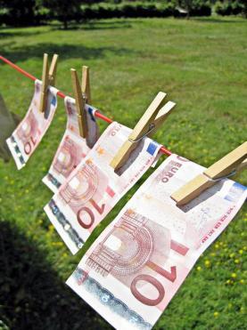 Bitllets de deu euros aguantats amb agulles de fusta. Font: Images_of_Money