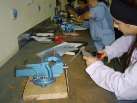 Joves que realitzen programes de formació prelaboral en el Centre Martí Codolar