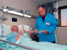 Un voluntari acompanya una persona malalta durant la seva estada a l'hospital