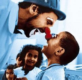 Clown voluntari amb infants. Font: Voluntarios hondureños en acción