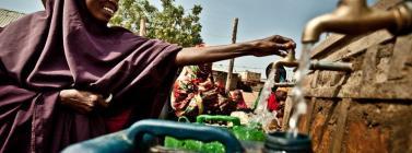 Dona d'Etiòpia utilitzant un banc d'aigua. Font: WorldCoo - Intermón Oxfam