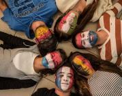 Joves amb la cara pintada. Font: perfil de Facebook de la Comissió