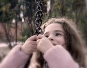 Nena agafant-se a una cadena_Manel_Flickr
