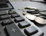 Calculadora amb monedes. Font: Images_of_Money (Flickr)