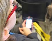 Una dona fent servir un mòbil. Imatge de l'Oficina Tècnica de la Xarxa Punt TIC