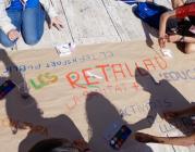 """Nois i noies fent un cartell durant la trobada """"Macedònia"""""""