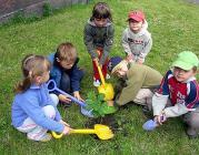Nens plantant un arbre. Font: 1010uk (Flickr)