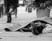 Persona dormint al carrer. Font: El Guaita. Clara Blanchar