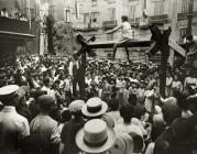 Imatge històrica del tradicional joc de la cucanya de les Festes de Sant Roc