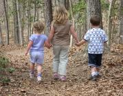 tres nens caminant pel bosc_vastateparkstaff_Flickr