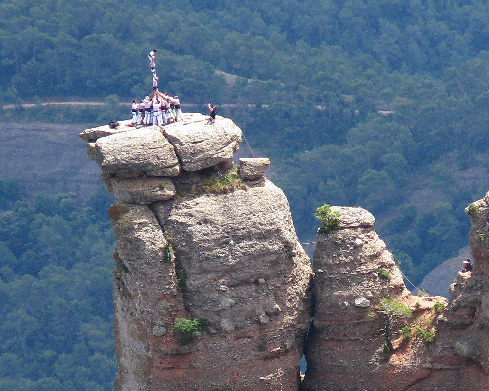 Castellers en un pico de montaña Minyons_terrassa-_castellassa_0