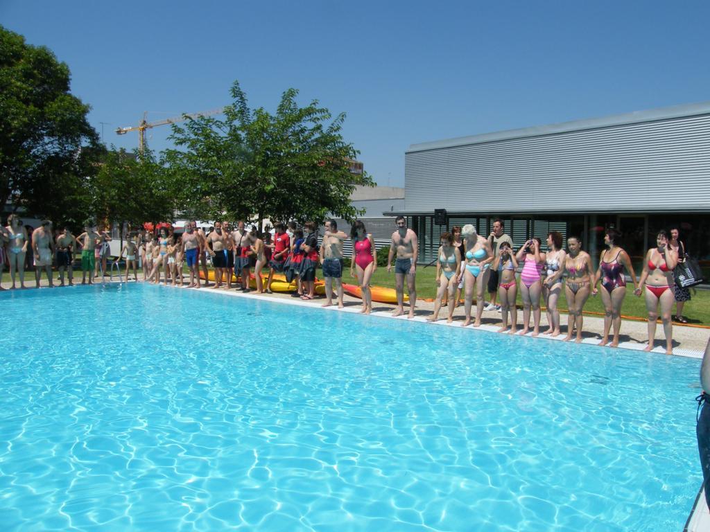 Participants en una de les piscines col·laboradores