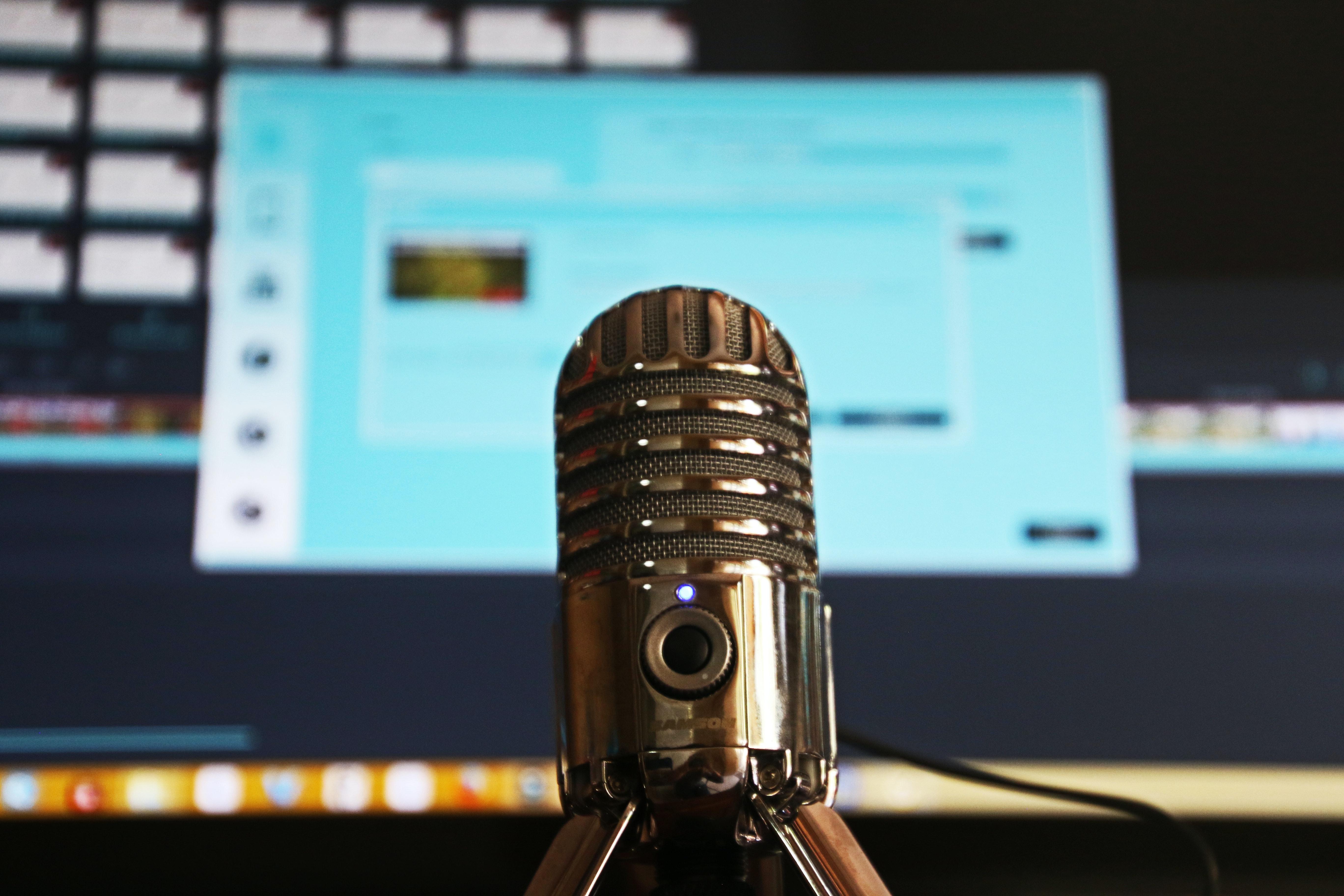 Un micròfon davant d'un ordinador Font: Magda Ehlers (Pexels)