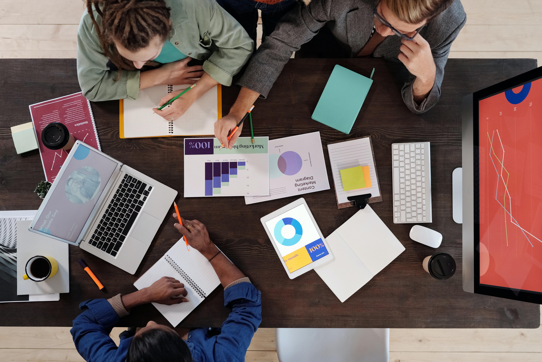 Un equip treballa en un pla de comunicació. Font: Mikael Blomkvist (Pexels)