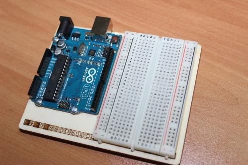 Arduino està compost d'una placa mare i una placa de proves