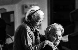 Encara continua existint una bretxa salarial entre les pensions dels homes i les dones. Font: Unsplash. Font: Font: Unsplash.