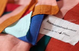 El mocador solidari ha estat dissenyat conjuntament per Judit Mascó i l'artista Clàudia Valsells. Font: Vall d'Hebron