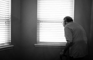 A l'actualitat, la soledat afecta a més de 175.000 persones grans a Catalunya. Font: Amics de la Gent Gran. Font: Font: Unsplash.