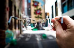 Una persona subjecta unes ulleres al mig del carrer. Font: Unsplash