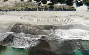 Acció a la platja de Ses Covetes a Mallorca per reclamar un mar sense plàstic Font: Amics de la Terra