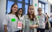 Equip participant al Technovation Challenge 2017 mostra l'aplicació que han creat