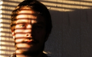 Un home té mitja cara tapada per una ombra. Font: Pixabay