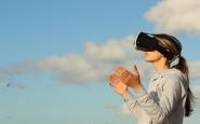 Dona amb visor de realitat virtual. Llicència CC0: https://www.pexels.com/photo-license/ Font: Bradley Hook (Pexels)