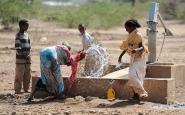 Nens etíops jugant amb l'aigua. Font: Pixabay