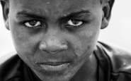 Mirada penetrant d'un nen africà. Font: Pixabay
