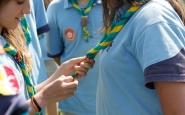 Joves fent la promesa escolta Font: Acció Escolta de Catalunya