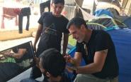 Saul Sancho tallant els cabells a un refugiat. Font: Saul Sancho