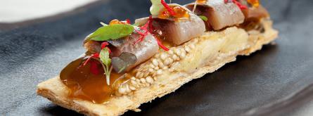 Coca de full de sardina a la brasa, albergínia i Miso. Font: Casal dels Infants
