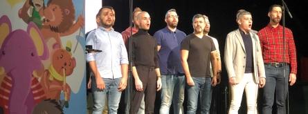 Els membres de Barcelona Gay Men's Chorus van amenitzar l'acte de presentació de la campanya de recollida de joguines.  Font: Creu Roja