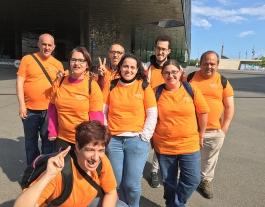Grup d'usuaris de l'entitat que aporten el seu granet de sorra fent voluntariat. Font: Som - Fundació Catalana Tutelar
