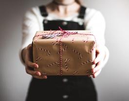Destaquem alguns jocs, llibres, còmics amb perspectiva feminista per regalar aquest nadal. Font: Kira auf der Heide. Unsplash